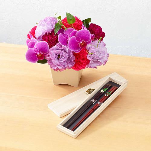 母の日・父の日を一緒に贈る「桐箱入り ペアお箸」とアレンジメントのセット